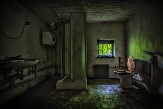 Urbex badkamer in een donkere groene sfeer van Steven Dijkshoorn