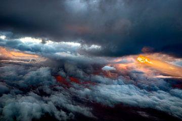 Foto genommen von den Wolken mit Sonnenstrahlen von Fred Leeflang