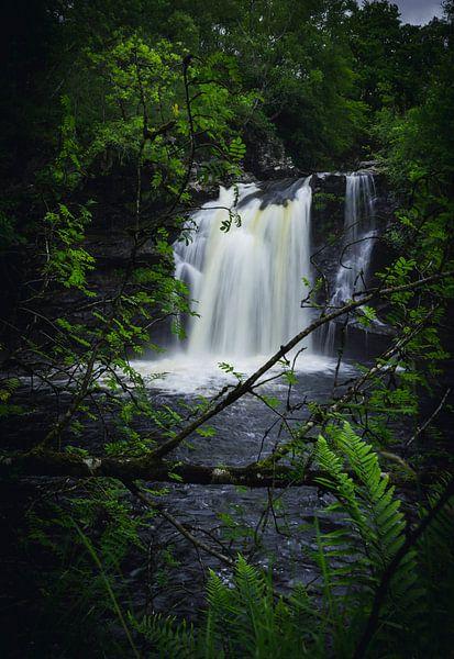 Doorkijkje naar de Falls of Falloch van Mitchell Routs