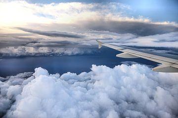 Vliegtuig vleugel boven de wolken van
