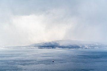 Winterse dag aan de zee in Hakodate van Mickéle Godderis