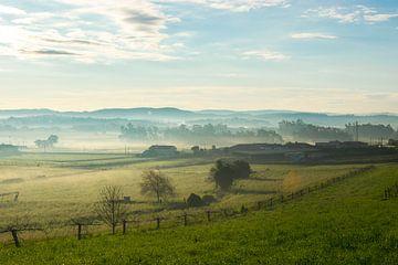 Nebliger Sonnenaufgang auf den Feldern von Linda Hanzen