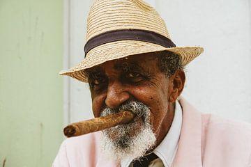 Portret van een typische oude Cubaanse man met een sigaar van Art Shop West