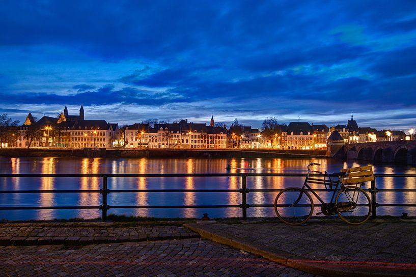 Maastricht - Maas bij avond vanaf Cöversplein van Maarten de Waard