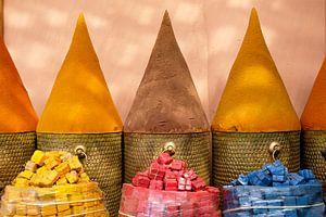 Kleurrijke kruiden in Marrakesh, Marokko