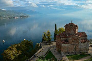 Kerk bij het meer van Ohrid, Macedonië von Wilco Bos