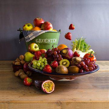 Fotostillleben - Modernes Füllhorn mit Früchten von Bianca Neeleman