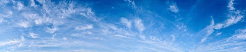Blauwe lucht met wolken van Günter Albers