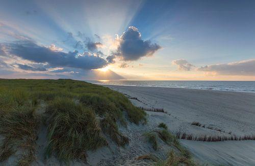 Landschap, duinen bij ondergaande zon op het strand van
