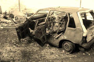 Old Burned Out Car - Sepia van Lyn Van Veldhoven