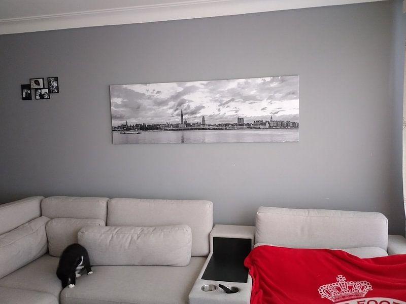 Klantfoto: Antwerpen  Scheldekaaien Skyline , monochroom panorama. van Maarten Visser