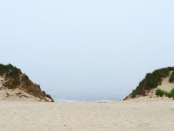 Doorkijkje tussen twee duinen naar de Noordzee van Helene Ketzer