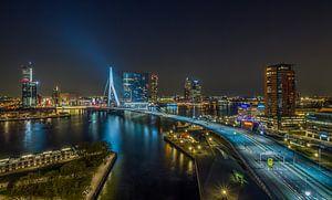 De skyline van Rotterdam met de Erasmusbrug in de nacht