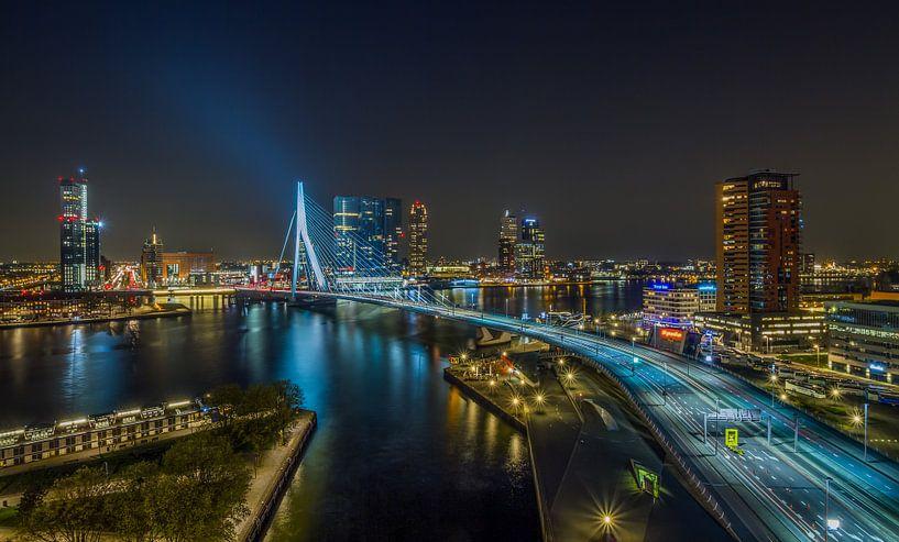 De skyline van Rotterdam met de Erasmusbrug in de nacht van MS Fotografie   Marc van der Stelt