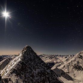 Bergtoppen in het maanlicht onder een sterrenhemel van Hidde Hageman