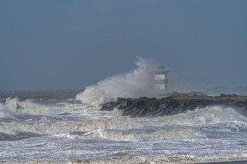 Flinke voorjaarsstorm beukt op het zuidelijk havenhoofd van de haven van Scheveningen. van Jaap van den Berg
