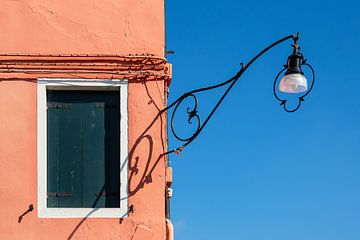 Detail van een gebouw op het eiland Burano bij Venetië van Rico Ködder