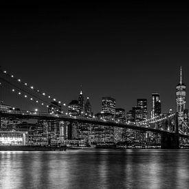 NY Brooklyn Bridge at night (black and white) van Jeanette van Starkenburg