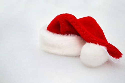 Eenzaam. Kerstmuts in de sneeuw. van
