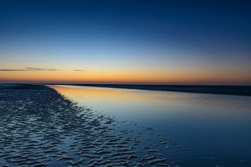 Farbenprächtiger Sonnenuntergang am Strand von Schiermonnikoog von Sjoerd van der Wal