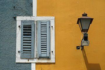 Gesloten luiken op een warme middag in dromerig Rovinj (Istrië). von Gert van Santen