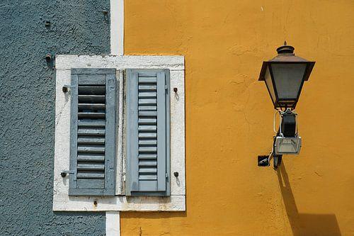 Gesloten luiken op een warme middag in dromerig Rovinj (Istrië).