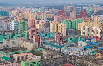 De kleurrijke skyline van Pyongyang, Noord Korea van Teun Janssen