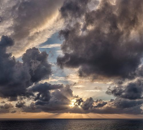 Stralenkrans zonsondergang achter de wolken, South-Cyprus, Cyprus van