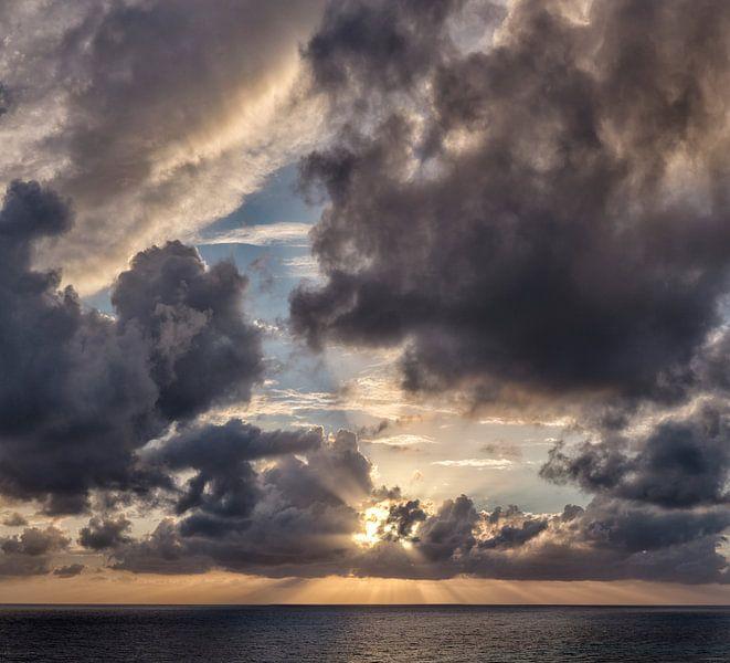 Stralenkrans zonsondergang achter de wolken, South-Cyprus, Cyprus van Rene van der Meer