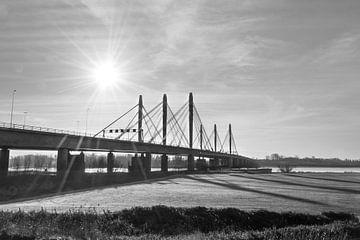 Tacitusbrug, Waalbrug bij Ewijk, mooie foto in zwart wit van Patrick Verhoef