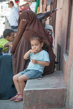 Marokko Marakesh meisje met lolly van Marc van Gessel