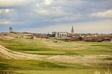 Uitzicht op Domburg met de golfbaan, kerk en de watertoren