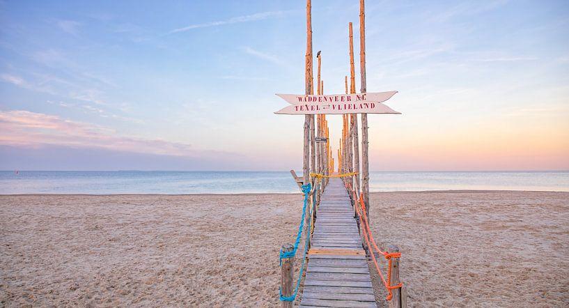 Houten steiger op Texel / Wooden jetty on Texel. van Justin Sinner Pictures ( Fotograaf op Texel)