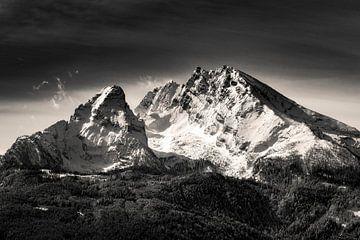 Schwarzweiss Bild des Berg Watzmann mit dramatischen Wolken morgens. Berchtesgaden, Bayern