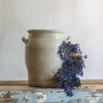 Robuust stilleven Keulse pot - Blauwe winterbessen van Hannie Kassenaar