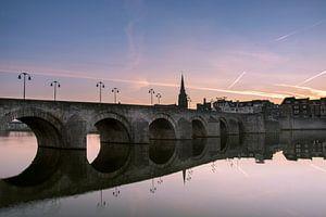 Sint-Servaasbrug in Maastricht tijdens zonsopkomst