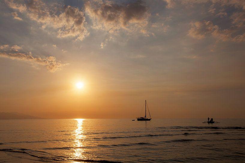 Mooie schemering op het strand en silhouet van vissersboot en zeilboot van Tjeerd Kruse