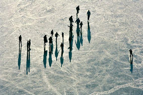 Luchtopname van winterlandschap, een groep mensen schaatst op de Vinkeveense Plassen
