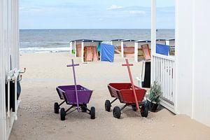 Bolderkarren bij strandhuisjes