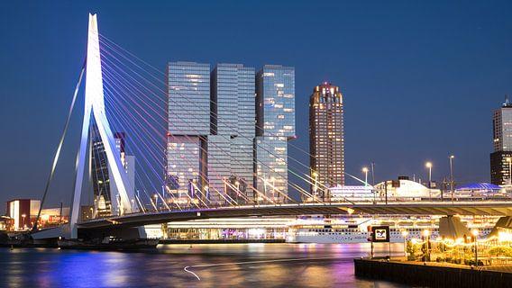 Verlichte Erasmusbrug en de torens op Kop van Zuid, Rotterdam