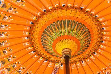 Kleurrijke handgemaakte Indonesische paraplu van Marc Venema