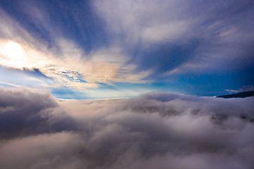 Des nuages bleus et sombres tourbillonnent en dessous, ciel bleu foncé, photo aérienne. sur Michael Semenov