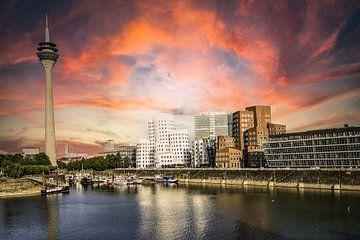 Rijn en Media Haven in Düsseldorf met Rijn Toren en Gerhy Gebouwen met Avondgloed van Dieter Walther