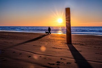 strandwandeling met zeezicht op het strand tijdens een zonsondergang. von eric van der eijk