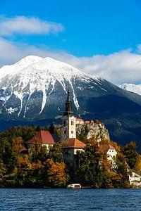 Het Meer van Bled met sneeuw op de bergen in de herfst