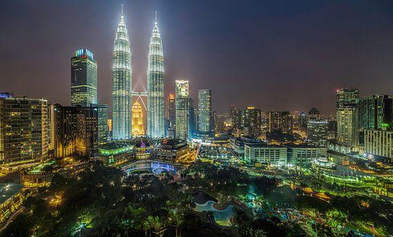 Machtige toren midden in Kuala Lumpur van Roy Poots