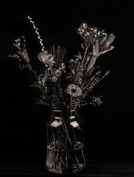 Stillleben Blumen in Vase in schwarz und weiß von Marjolein van Middelkoop