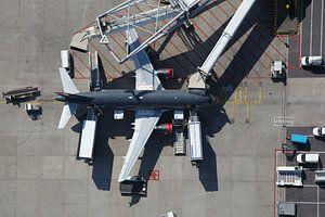Een Airbus staat aan de G-pier op de luchthaven Schiphol
