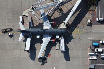 Een Airbus staat aan de G-pier op de luchthaven Schiphol van
