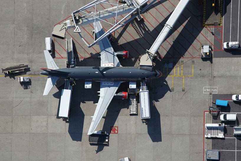 Een Airbus staat aan de G-pier op de luchthaven Schiphol van Marco van Middelkoop